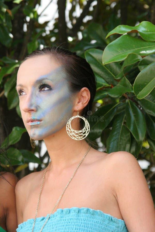 Modèle de maquillage dans les arbres