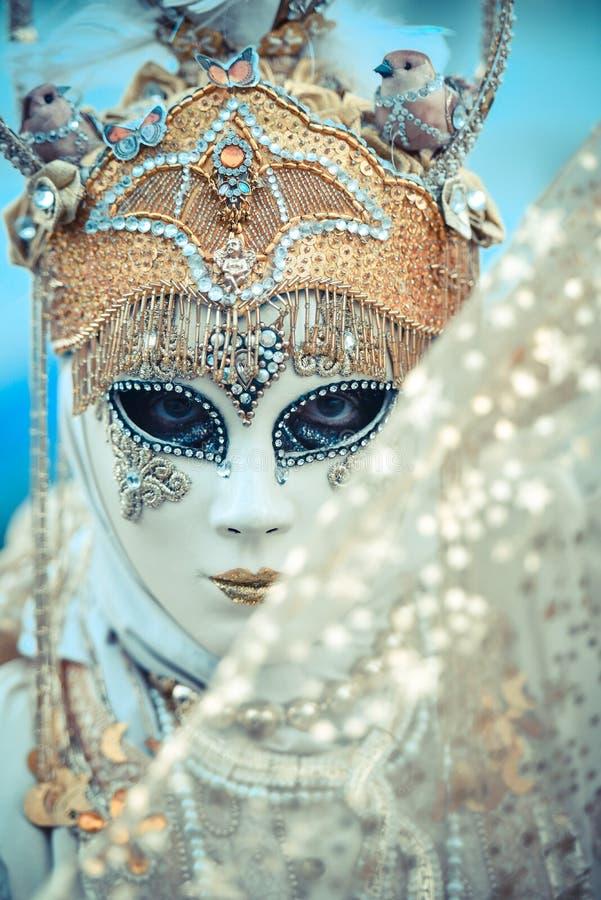 Modèle de masque de carnaval de Venise en San Marco Square image stock