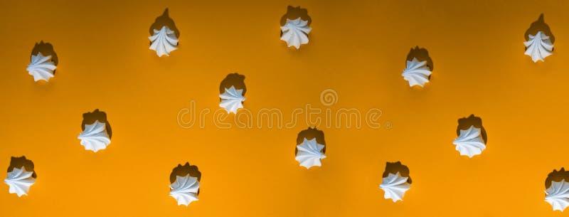 Modèle de Minimalistic de meringue avec une ombre dure sur le fond coloré photos stock