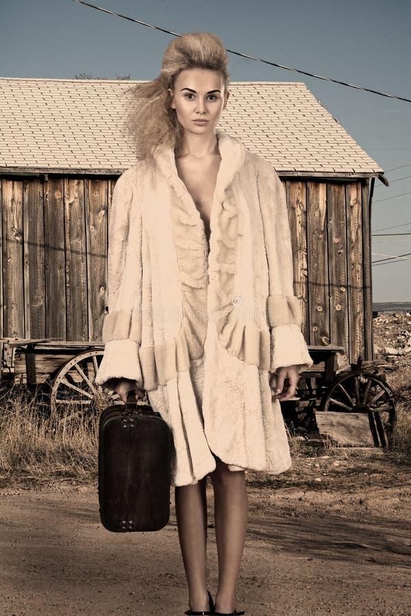 Modèle de mode élevée avec le bagage images libres de droits
