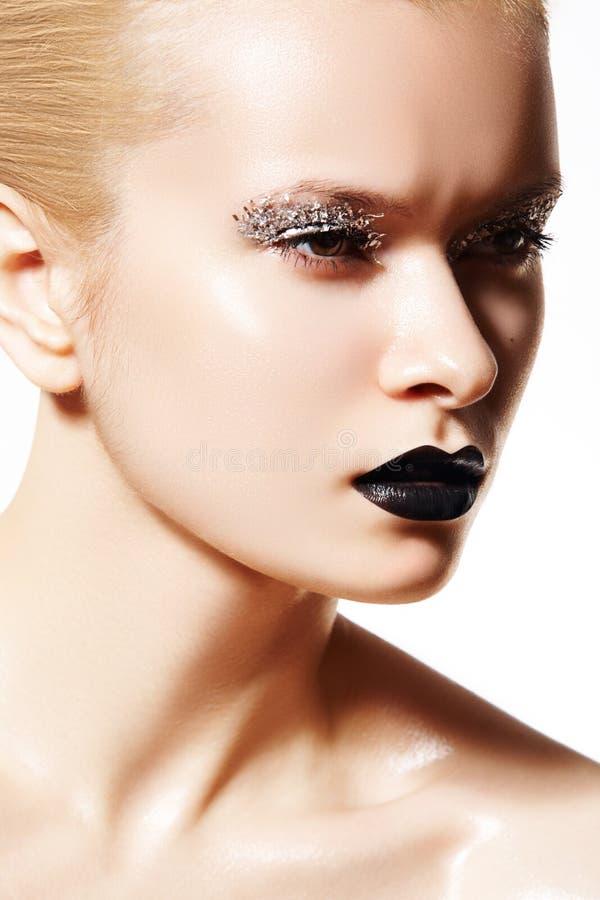 Modèle de mode élevée. Renivellement argenté, languettes noires photographie stock libre de droits