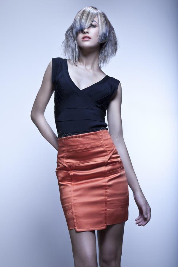Modèle De Mode Avec La Coupe énervée Posant Dans Le Studio Photo libre de droits