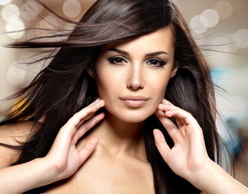 Modèle de mode avec le long cheveu droit de beauté image libre de droits