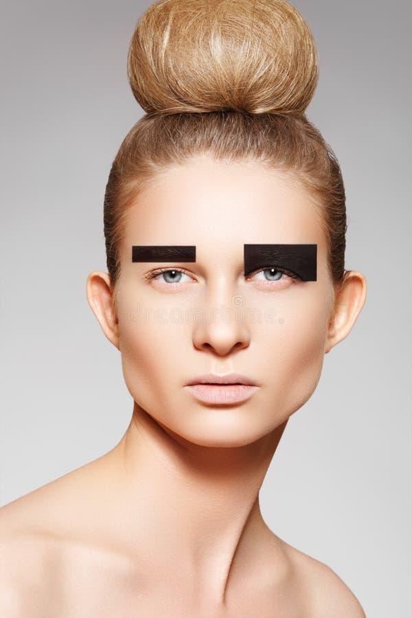 Modèle de mode avec le renivellement créateur, coiffure de pain image libre de droits