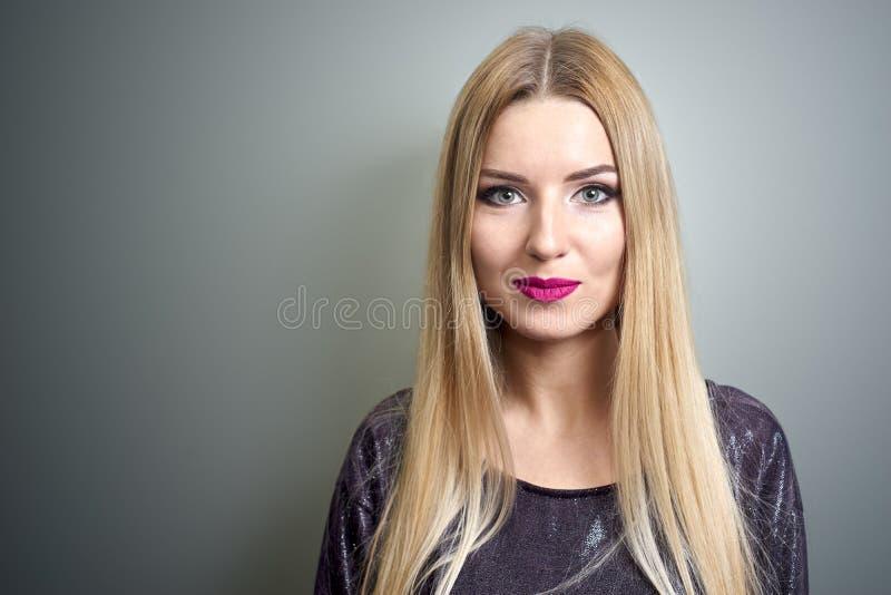 Modèle de mode avec le renivellement lumineux Portrait de jeune femme de mode avec de longs cheveux blonds photo stock