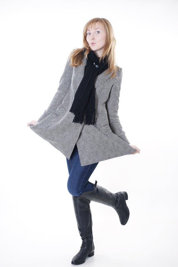 Modèle de mode dans des vêtements d'automne photographie stock libre de droits