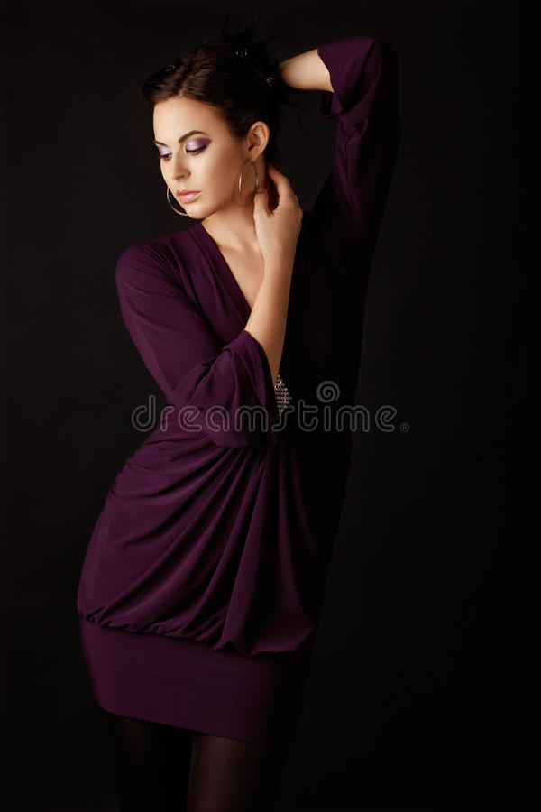 Modèle de mode dans la mini robe pourprée images libres de droits