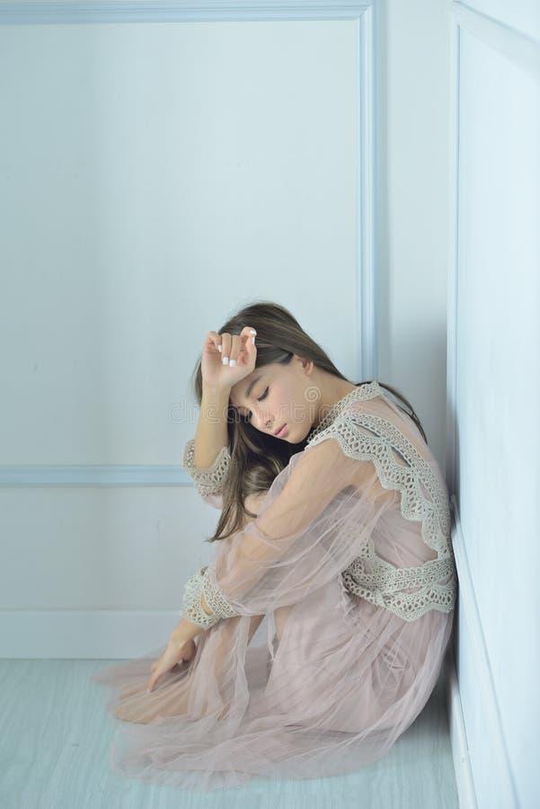 Modèle de mode dans la robe d'or images stock