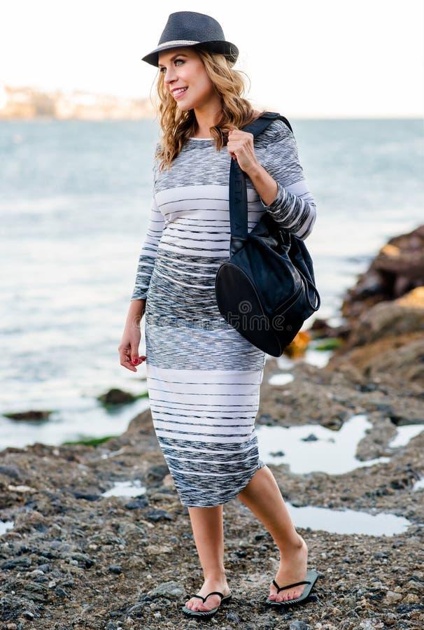 Modèle de mode dans la robe d'or photos libres de droits