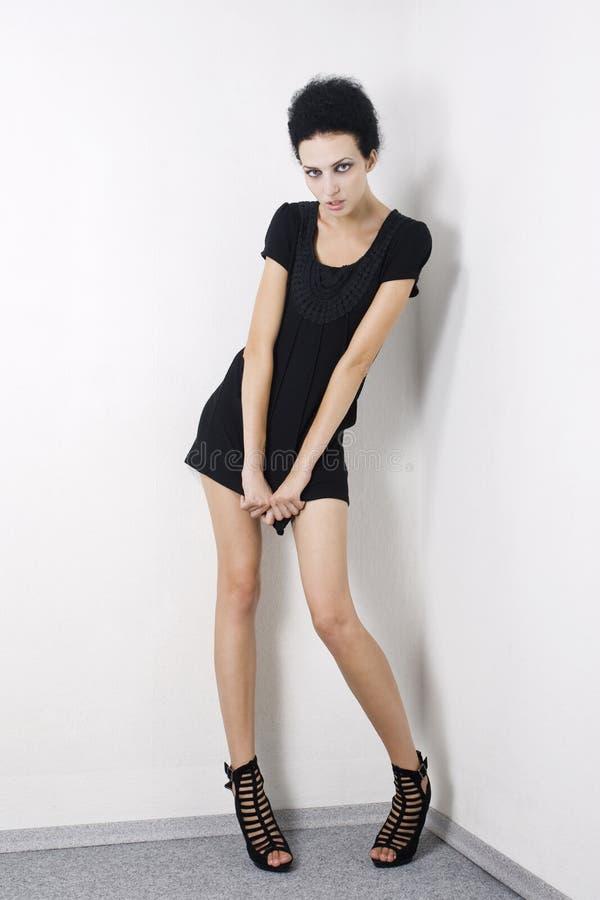 Modèle de mode dans la robe noire photo stock