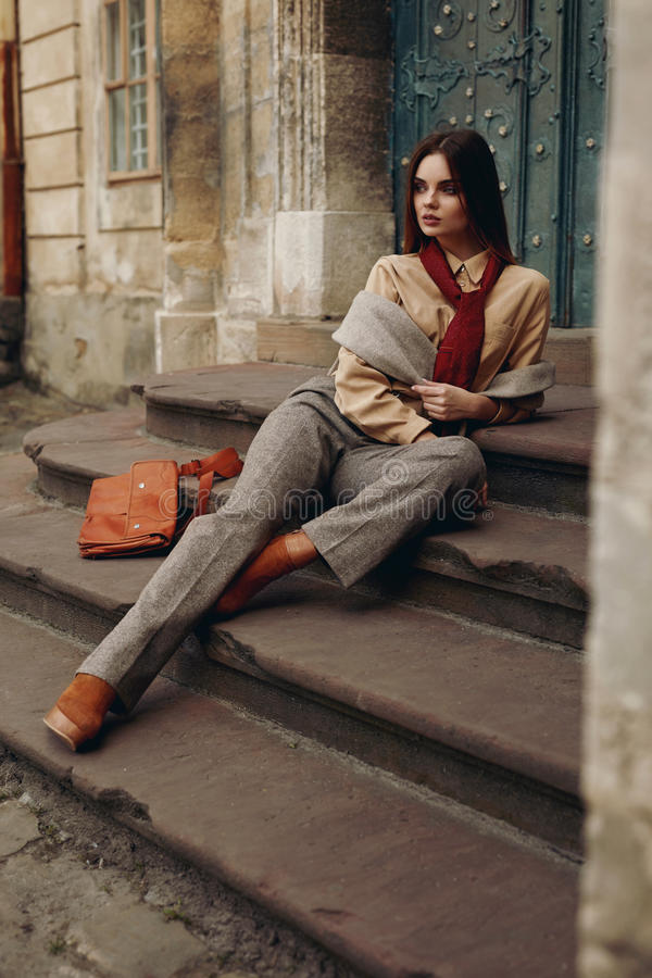 Modèle de mode dans la rue Belle femme dans des vêtements à la mode image stock