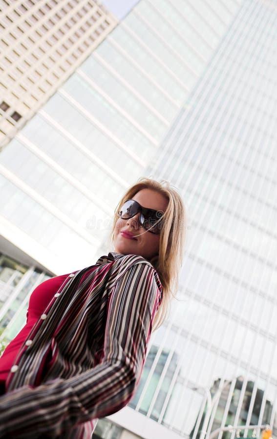 Modèle de mode dans la ville photos stock