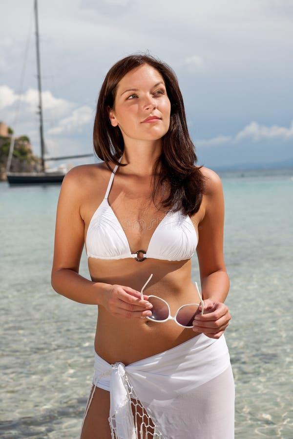 Modèle de mode de cheveu de Brown dans le bikini par la mer image libre de droits