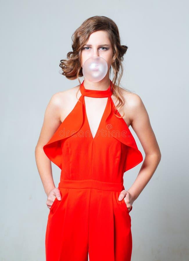 Modèle de mode rétro fille en vêtements rétro style vintage élégant mode coiffure fête vintage démodé photo libre de droits