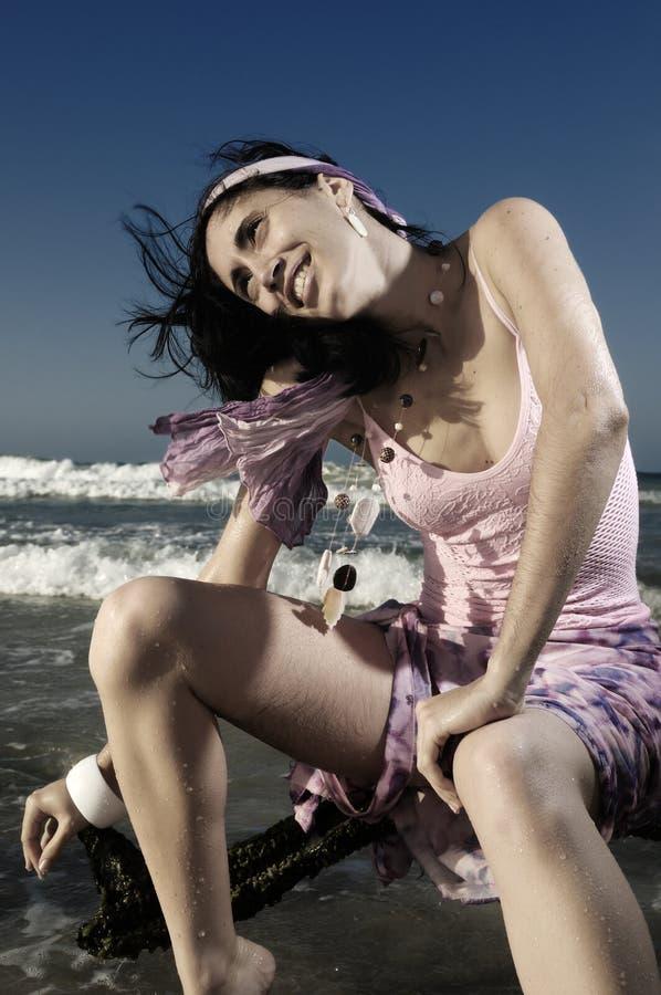 Modèle de mode sur la plage photos libres de droits