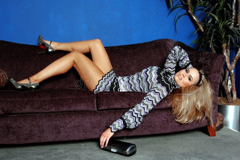 Modèle de mode sur le sofa photo stock