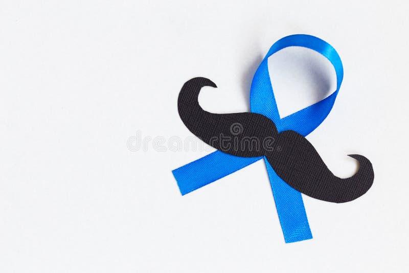 Modèle de moustache avec le symbole de ruban bleu concept de movember image stock