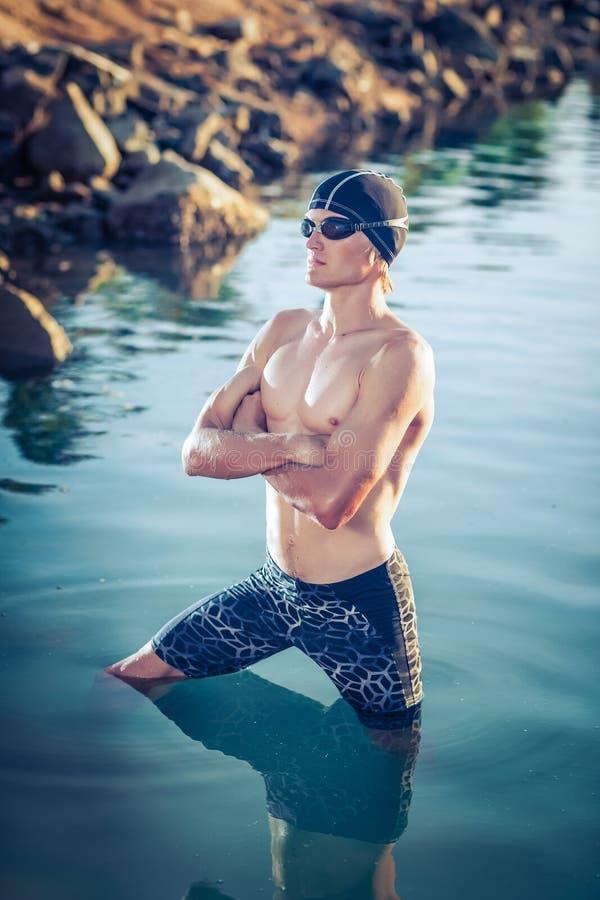 Modèle de nageur en mer images libres de droits