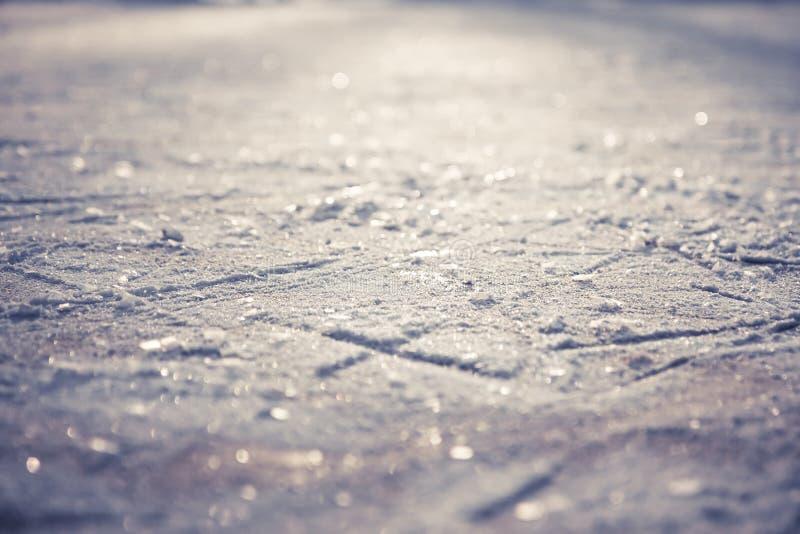 Modèle de Noël de chiffre patins sur la piste de patinage brillante de glace avec des flocons de neige comme fond de Noël photographie stock libre de droits