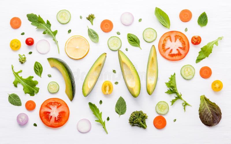 Modèle de nourriture avec les ingrédients crus de la salade Divers légumes l image libre de droits