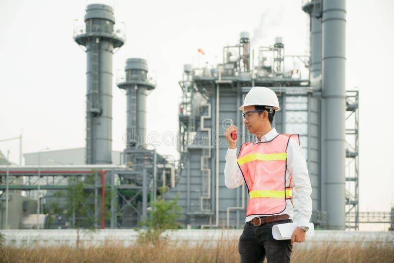Modèle de participation d'ingénieur avec la radio à la centrale Énergie et industrie pétrochimique images libres de droits
