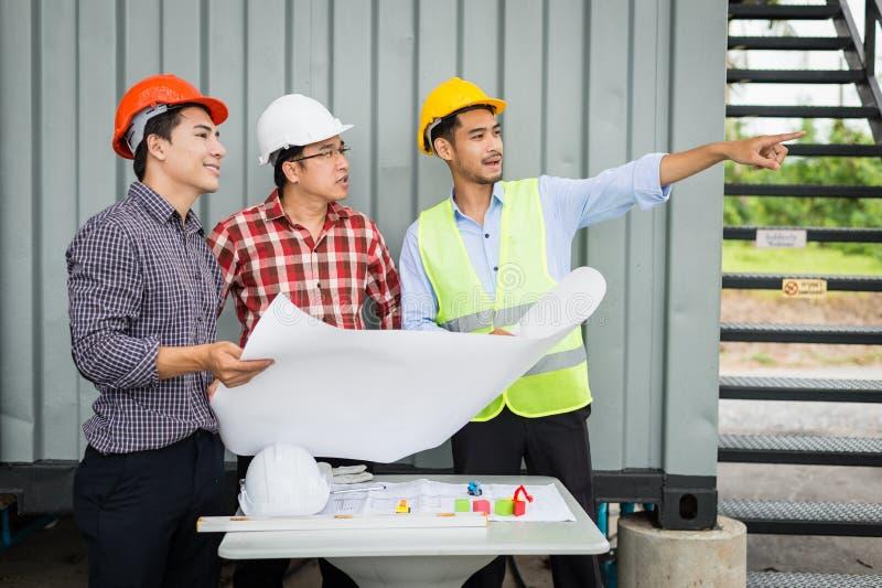 Modèle de participation d'ingénieur et d'équipe de construction et doigt d'indication la construction photos libres de droits