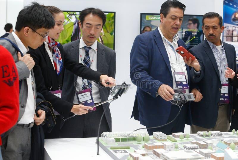 Modèle de personnel de société d'american national standard de visiteurs de ville avec la connectivité 5G au congrès mobile 2019  photos stock