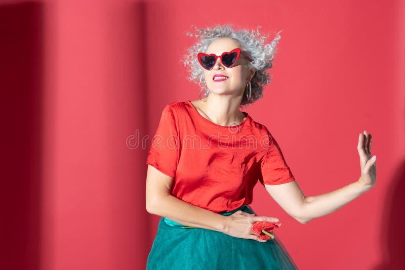 Modèle de photo Curry posant tout en promouvant la féminité photographie stock