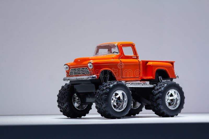 Modèle de rétro SUV sur de grandes roues images libres de droits