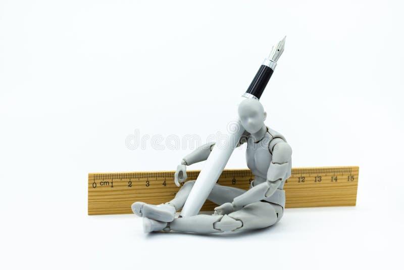 Modèle de robot avec le stylo et la règle L'utilisation d'image pour créent l'idée du travail, concept d'affaires image libre de droits