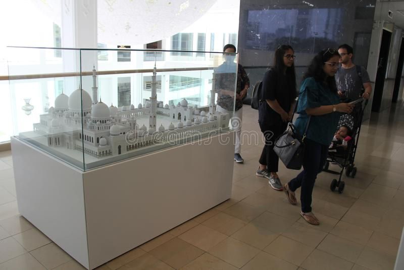 Modèle de touristes de visite de Sheikh Zayed Grand Mosque dans Art Musium islamique photographie stock