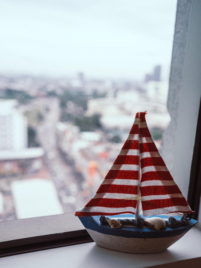 Modèle de voilier sur la fenêtre photo stock