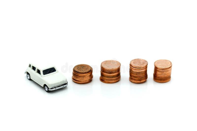 Modèle de voiture et pile miniatures des pièces de monnaie, des finances et du prêt automobile, sav photos stock