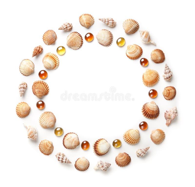 Modèle des coquilles et des perles en verre oranges sous forme de cercle Élément de vue ou de conception D'isolement sur le fond  image libre de droits