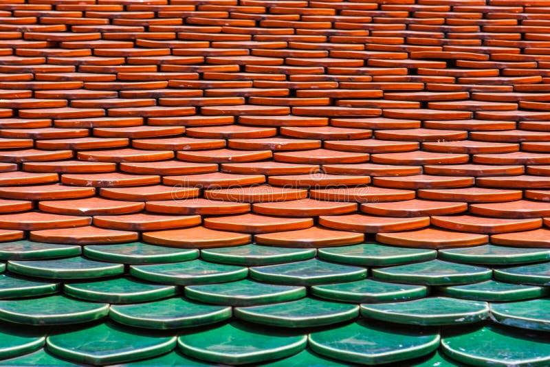 Modèle des tuiles rouges et vertes sur un toit Wat Phra Kaew Palace, également connu sous le nom d'Emerald Buddha Temple Bangkok, photo stock