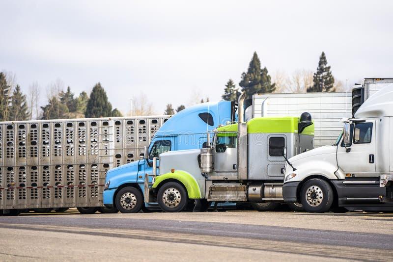 Modèle différent de grands d'installations camions semi avec semi le support différent de remorque sur le parking de relais routi photos stock