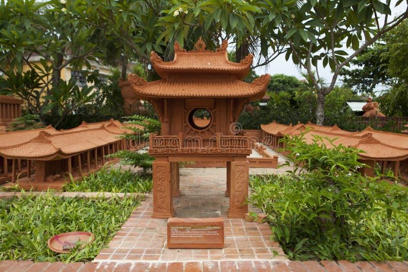 Modèle du temple de la littérature fait à partir de la poterie de terre et montré au village de poterie de terre de Thanh Ha, vil photos libres de droits