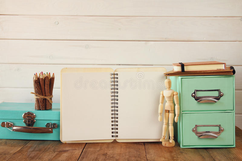 modèle en bois de dessin, crayons colorés et carnet ouvert photographie stock libre de droits