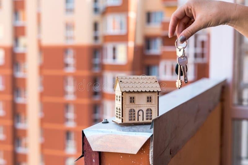 Modèle en bois de maison avec les mains et les clés femelles image libre de droits