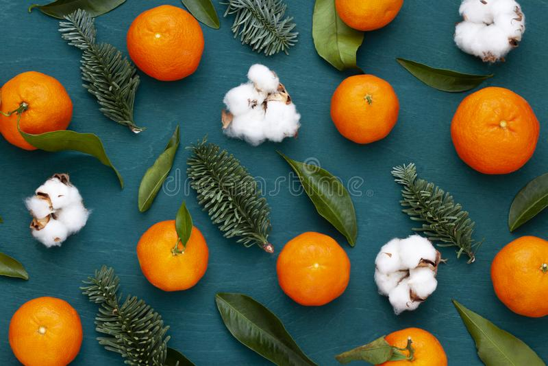 Modèle en bois lumineux d'hiver de Noël, de nouvelle année avec des mandarines et usines de coton photographie stock libre de droits