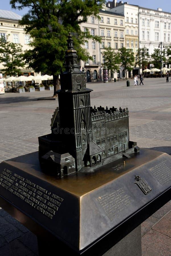 Modèle en bronze de hôtel de ville dans la place principale du marché de Cracovie Pologne photos libres de droits