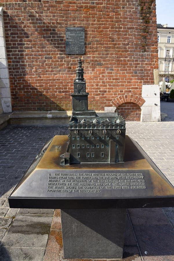 Modèle en bronze de hôtel de ville dans la place principale du marché de Cracovie Pologne photographie stock