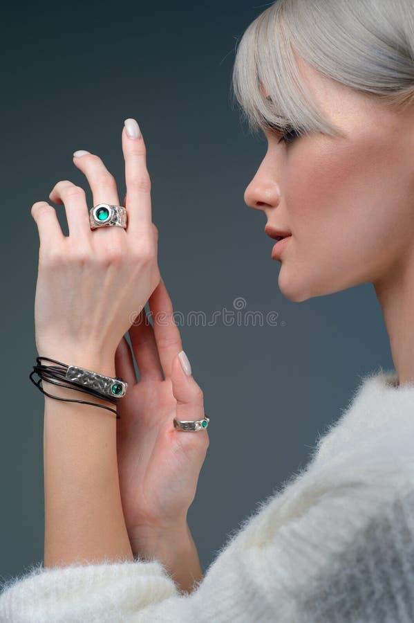 Modèle en gros plan de portrait de studio démontrer l'anneau et le bracelet élégants photos libres de droits