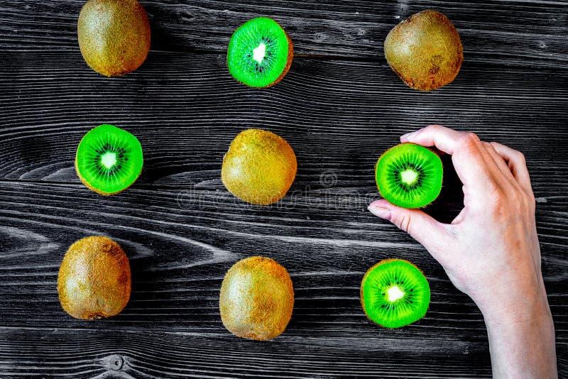 Modèle exotique de fruit avec le kiwi découpé en tranches sur le fond foncé t de table photo stock