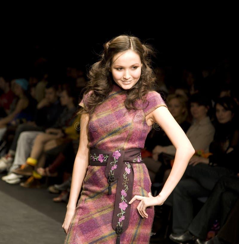 Modèle femelle au défilé de mode photographie stock