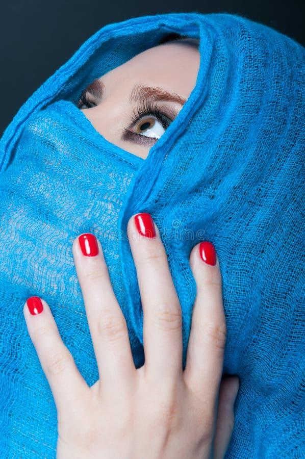 Modèle femelle avec le foulard dans le concept de mode photos stock