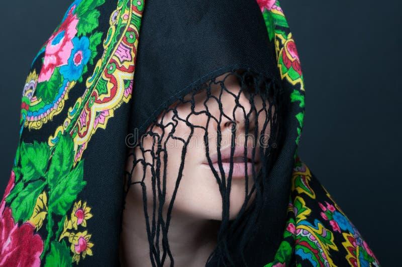 Modèle femelle avec le visage couvert par l'écharpe images libres de droits
