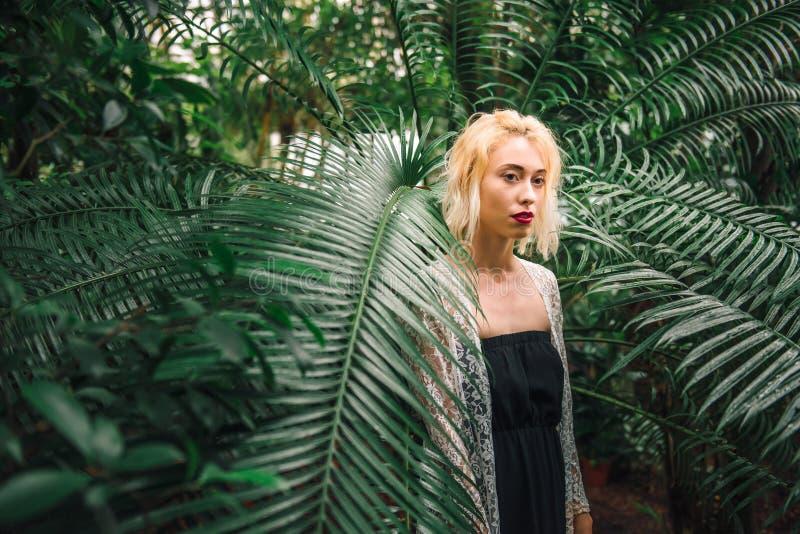 Modèle femelle caucasien de tentation dans une jungle verte photos stock