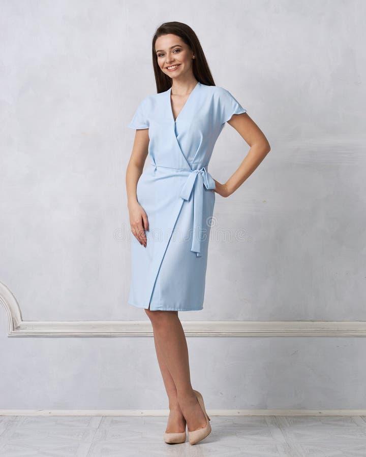 Modèle femelle dans l'enrouler bleu autour de la robe du Midi photos libres de droits