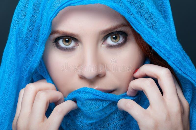 Modèle femelle de charme avec le foulard image libre de droits